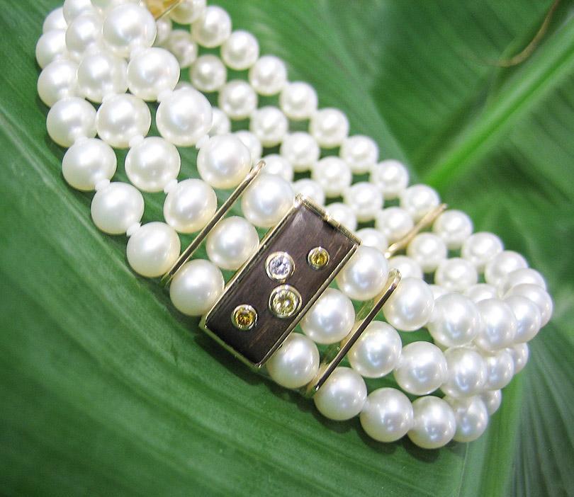 Perlenarmband mit Ebenholz / Gelgold / naturfarbenen Brillanten