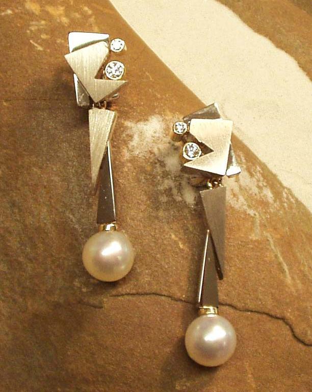 Ohrschmuck in Weissgold mit Brillanten (Anfertigung). Sanft und weich schimmernde Südseeperlen runden diese Spitzenohrhänger ab.